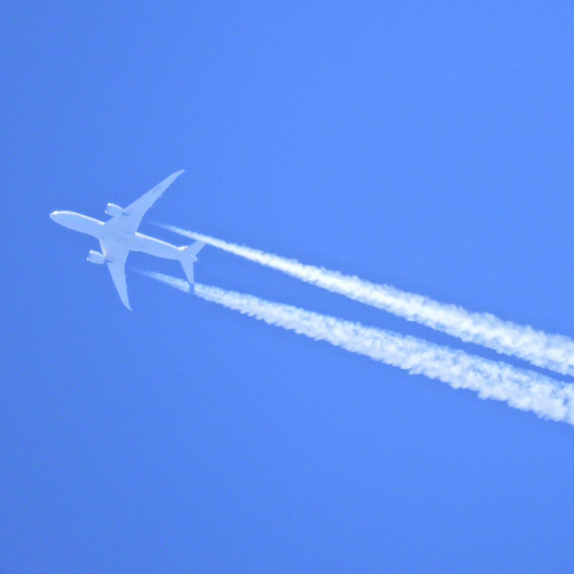 空を飛ぶ飛行機の写真