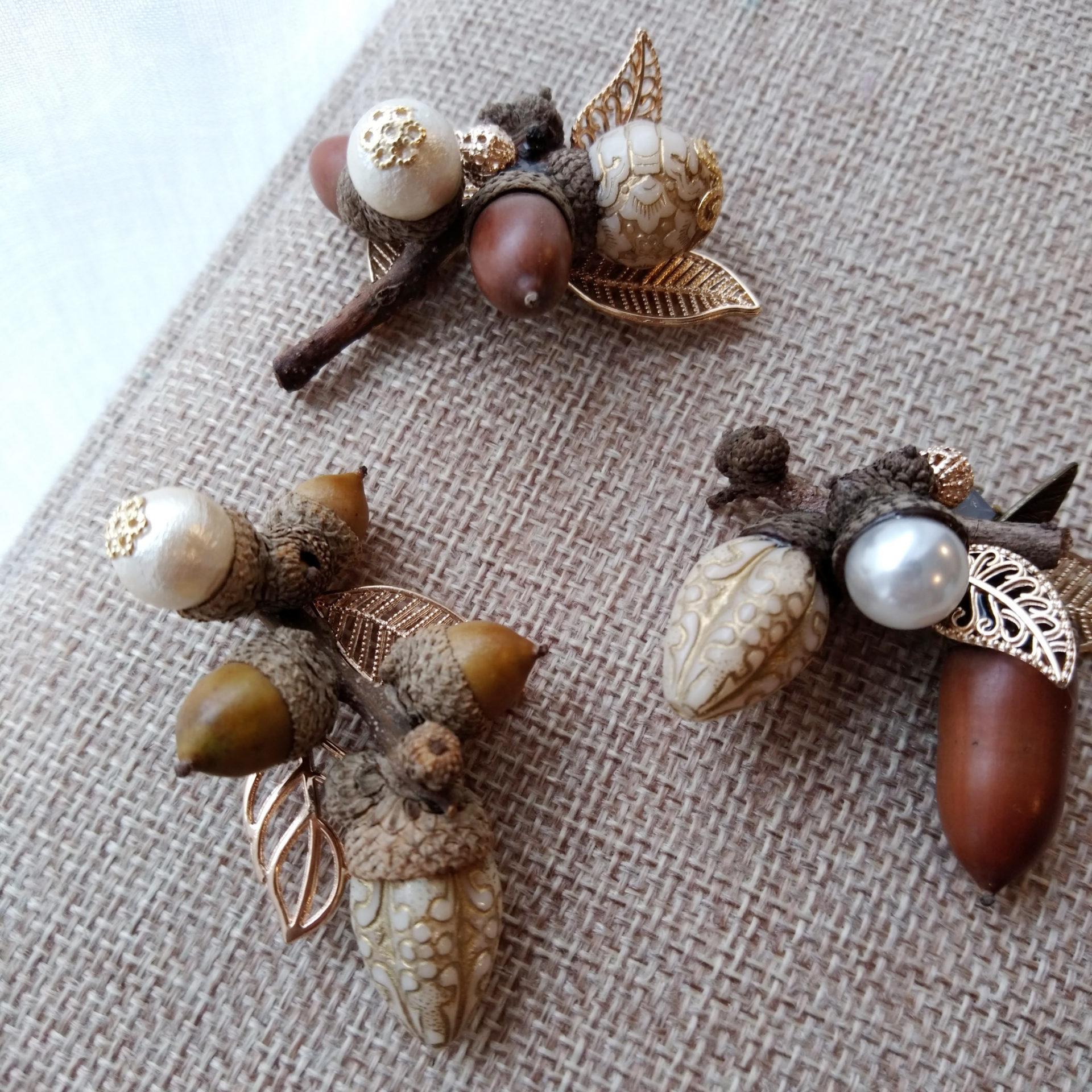 ドングリのついた小枝で作ったブローチ