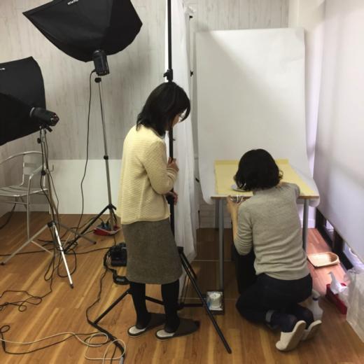 お菓子の新商品カタログ撮影進行中