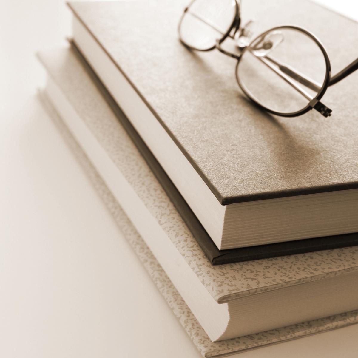書籍とメガネ